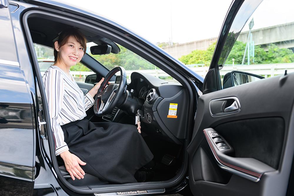 女性が車にのっている